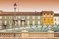 Πάρμα, Ιταλία - ζωηρόχρωμη μεσογειακή αρχιτεκτονική και σύγχρονο γυαλί Στοκ φωτογραφίες με δικαίωμα ελεύθερης χρήσης