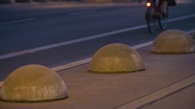 Πάροδος κυκλοφορίας ποδηλάτων στο Βερολίνο στο σούρουπο απόθεμα βίντεο