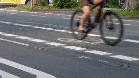 Πάροδος ποδηλάτων και χρήστες του οδικού δικτύου απόθεμα βίντεο