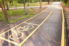 Πάροδος ποδηλάτων στο πάρκο Στοκ φωτογραφίες με δικαίωμα ελεύθερης χρήσης