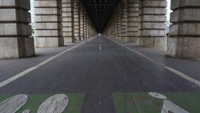 Πάροδος ποδηλάτων Pont de Bercy, διάσημη γέφυρα πέρα από τον ποταμό του Σηκουάνα, ταξίδι στη Γαλλία απόθεμα βίντεο