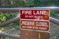 ` Πάροδος πυρκαγιάς  Μην εμποδίστε ` και το κλειστό κονσέρβα ημίωρο ` μετά από τα σημάδια ηλιοβασιλέματος ` στοκ εικόνες με δικαίωμα ελεύθερης χρήσης