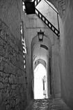 Πάροδος Ostuni με τους υπόγειους θαλάμους Στοκ Εικόνα