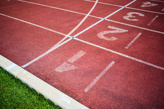 1 2 3 πάροδοι που συναγωνίζονται την κόκκινη διαδρομή έναρξης Γραμμές σε μια κόκκινη τρέχοντας διαδρομή Στοκ φωτογραφία με δικαίωμα ελεύθερης χρήσης