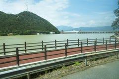 Πάροδοι ποδηλάτων κατά μήκος του ποταμού Fuchun στοκ εικόνα