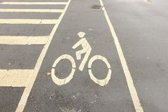 Πάροδος ποδηλάτων και διαγώνιος περίπατος Στοκ εικόνα με δικαίωμα ελεύθερης χρήσης