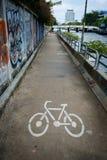 Πάροδος ποδηλάτων κατά μήκος του καναλιού σε Khlong Saen Saeb Μπανγκόκ Thailan στοκ εικόνες