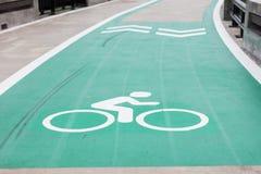 Πάροδος ποδηλάτων με ένα σημάδι βελών Στοκ Φωτογραφίες