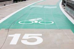 Πάροδος ποδηλάτων με ένα σημάδι βελών Στοκ φωτογραφία με δικαίωμα ελεύθερης χρήσης