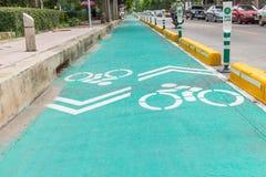 Πάροδος ποδηλάτων με το άσπρο σημάδι ποδηλάτων Στοκ εικόνες με δικαίωμα ελεύθερης χρήσης