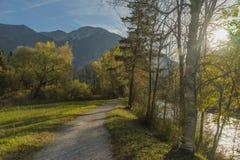 Πάροδος ποδηλάτων με το φυσικό πράσινο λόφο και το νεφελώδη μπλε ουρανό Στοκ φωτογραφία με δικαίωμα ελεύθερης χρήσης
