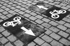 Πάροδος ποδηλάτων, δρόμος που μαρκάρει με τα βέλη και τα εικονίδια ποδηλάτων Στοκ φωτογραφία με δικαίωμα ελεύθερης χρήσης