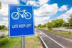 Πάροδος ποδηλάτων, σημάδι ποδηλάτων στην παιδική χαρά στο πάρκο Στοκ Εικόνες