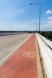 Πάροδος ποδηλάτων στη γέφυρα Στοκ Φωτογραφίες