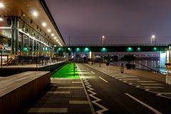 Πάροδος ποδηλάτων τη νύχτα και μακρύς πυροβολισμός έκθεσης Στοκ Φωτογραφία