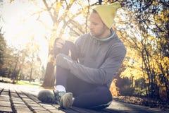 Πάρτε ένα σπάσιμο από το τρέξιμο Νεαρός άνδρας στοκ φωτογραφίες