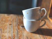 Πάρτε ένα υπόλοιπο με το φλυτζάνι καφέ στον καφέ 2 άσπρο φλυτζάνι καφέ στον ξύλινο πίνακα Στοκ εικόνες με δικαίωμα ελεύθερης χρήσης