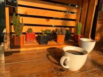 Πάρτε ένα υπόλοιπο με το φλυτζάνι καφέ στον καφέ 2 άσπρο φλυτζάνι καφέ στον ξύλινο πίνακα Στοκ Φωτογραφία