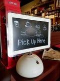 Πάρτε εδώ το σημάδι στη Apple Computer στη καφετερία Στοκ φωτογραφία με δικαίωμα ελεύθερης χρήσης