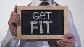Πάρτε κατάλληλο γραπτό στον πίνακα στα χέρια γιατρών, ενεργός υγιής προώθηση ζωής φιλμ μικρού μήκους