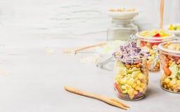 Πάρτε μαζί τη σαλάτα μεσημεριανού γεύματος στο βάζο στο άσπρο ξύλινο υπόβαθρο, κλείστε επάνω, τοποθετήστε για το κείμενο Στοκ Εικόνες