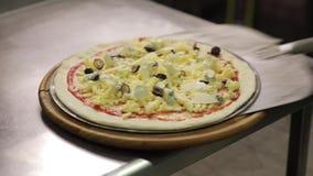 Πάρτε μια ακατέργαστη πίτσα με το φτυάρι απόθεμα βίντεο