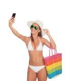 Πάρτε μια αυτοπροσωπογραφία με το έξυπνο τηλέφωνό της Στοκ φωτογραφία με δικαίωμα ελεύθερης χρήσης