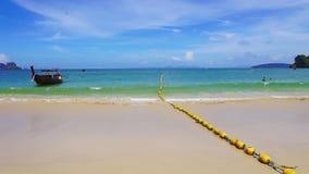 Πάρτε μια μακριά βάρκα ουρών στις όμορφες παραλίες και τη θάλασσα παραλιών Railay παραλιών Railay φιλμ μικρού μήκους