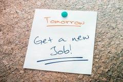 Πάρτε μια νέα υπενθύμιση εργασίας για το αύριο σε χαρτί που καρφώνεται στον πίνακα του Κορκ Στοκ φωτογραφία με δικαίωμα ελεύθερης χρήσης