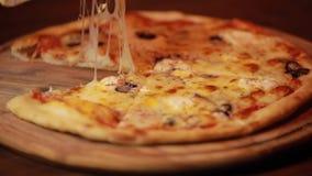 Πάρτε μια φέτα πιτσών από τον ξύλινο πίνακα απόθεμα βίντεο