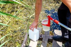 Πάρτε τα δείγματα του νερού για την εργαστηριακή δοκιμή Η έννοια - ανάλυση της αγνότητας νερού, περιβάλλον, οικολογία στοκ φωτογραφία