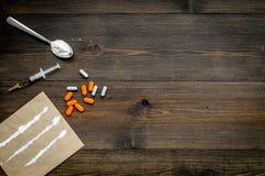 Πάρτε τα φάρμακα, έννοια εθισμού φαρμάκων Άσπρη σκόνη όπως την ηρωΐδα ή κοκαΐνη, χάπια διαδρομών φαρμάκων, κουτάλι, σύριγγα στο σ στοκ φωτογραφία με δικαίωμα ελεύθερης χρήσης