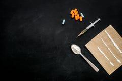 Πάρτε τα φάρμακα, έννοια εθισμού φαρμάκων Άσπρη σκόνη όπως την ηρωΐδα ή κοκαΐνη, χάπια διαδρομών φαρμάκων, κουτάλι, σύριγγα στο Μ στοκ εικόνες με δικαίωμα ελεύθερης χρήσης