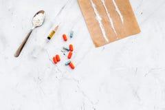 Πάρτε τα φάρμακα, έννοια εθισμού φαρμάκων Άσπρη σκόνη όπως την ηρωΐδα ή κοκαΐνη, χάπια διαδρομών φαρμάκων, κουτάλι, σύριγγα στο λ στοκ εικόνες με δικαίωμα ελεύθερης χρήσης