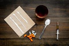 Πάρτε τα φάρμακα, έννοια εθισμού φαρμάκων Άσπρη σκόνη όπως την ηρωΐδα ή κοκαΐνη, χάπια διαδρομών φαρμάκων, κουτάλι, σύριγγα στο σ στοκ εικόνα με δικαίωμα ελεύθερης χρήσης