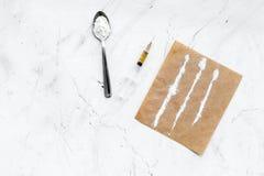 Πάρτε τα φάρμακα, έννοια εθισμού φαρμάκων Άσπρη σκόνη όπως την ηρωΐδα ή κοκαΐνη, χάπια διαδρομών φαρμάκων, κουτάλι, σύριγγα στο λ στοκ φωτογραφία