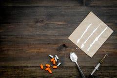 Πάρτε τα φάρμακα, έννοια εθισμού φαρμάκων Άσπρη σκόνη όπως την ηρωΐδα ή κοκαΐνη, χάπια διαδρομών φαρμάκων, κουτάλι, σύριγγα στο σ στοκ εικόνες