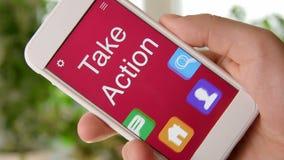 Πάρτε την εφαρμογή έννοιας δράσης στο smartphone Το άτομο χρησιμοποιεί κινητό app απόθεμα βίντεο