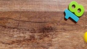 Πάρτε τον αριθμό το 2018 από τα χρωματισμένα ξύλινα ειδώλια από έναν ξύλινο πίνακα με το δάχτυλό σας απόθεμα βίντεο