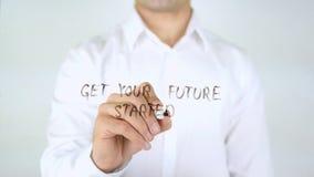 Πάρτε το μέλλον σας αρχισμένο, γράψιμο επιχειρηματιών στο γυαλί Στοκ φωτογραφία με δικαίωμα ελεύθερης χρήσης