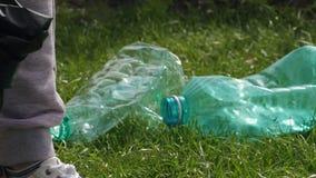 Πάρτε το πλαστικό μπουκάλι απόθεμα βίντεο