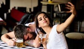 Πάρτε selfie για να θυμηθείτε το μεγάλο γεγονός Γυναίκα που κάνει τη διασκέδαση του μεθυσμένου φίλου Κορίτσι που παίρνει selfie π στοκ φωτογραφίες