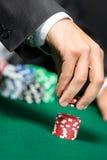 Πάσσαλοι παικτών ο σωρός των τσιπ πόκερ στοκ φωτογραφίες