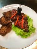Πάσσαλος βόειου κρέατος με το ψωμί στοκ φωτογραφία με δικαίωμα ελεύθερης χρήσης