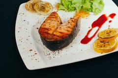 Πάσσαλος σολομών που ψήνεται στη σχάρα με τον καπνό Διαδικασία προετοιμασιών σολομών στη σχάρα Ψημένες στη σχάρα μπριζόλες ψαριών Στοκ Εικόνες