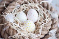 Πάσχα, αυγά, αυγά κοτόπουλου, αυγά ορτυκιών, αυγά, σχοινί, φωλιά, λευκό, φτερά, στο σανό Στοκ Εικόνα