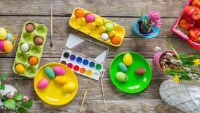 Πάσχα ευτυχές ζωγραφική των αυγών Στοκ εικόνες με δικαίωμα ελεύθερης χρήσης