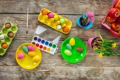 Πάσχα ευτυχές ζωγραφική των αυγών Στοκ Φωτογραφία