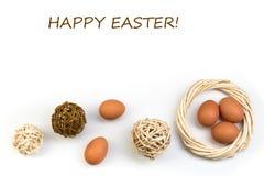 Πάσχα ευτυχές τα αυγά ανασκόπησης απομόν Σφαίρες, στεφάνι που υφαίνεται από τις αμπέλους στοκ εικόνα με δικαίωμα ελεύθερης χρήσης