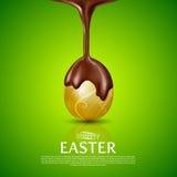 Πάσχα ευτυχές Χρυσό αυγό και λειωμένη σοκολάτα Στοκ Εικόνες